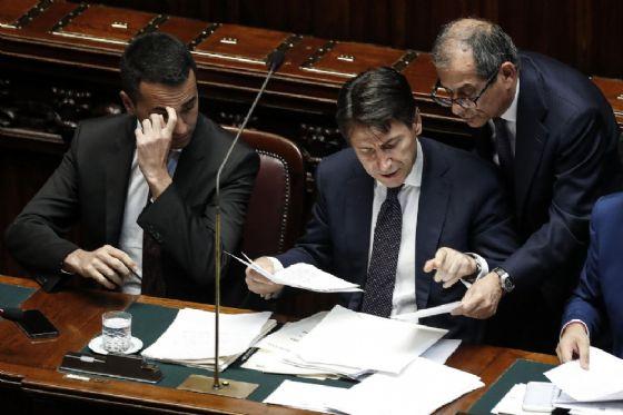 Luigi Di Maio, ministro del Lavoro, Giuseppe Conte, presidente del Consiglio e Giovanni Tria, ministro dell'Economia