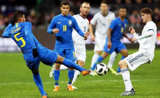 Aleksey Miranchuk contro Casemiro nell'amichevole Russia-Brasile