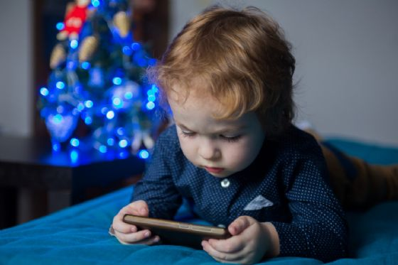 Bimbo con smartphone