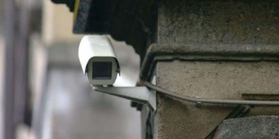 Centra un'auto parcheggiata, automobilista rintracciato grazie alle telecamere