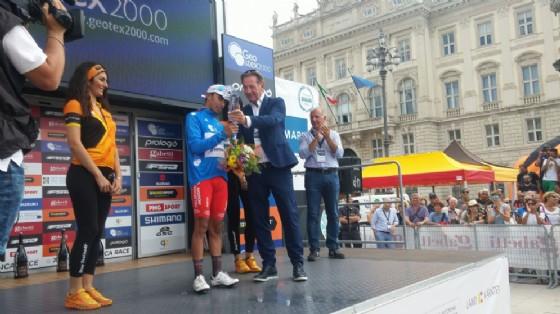 L'assessore all'Ambiente, Scoccimarro, premia il ciclista Ivan Ramiro Sosa