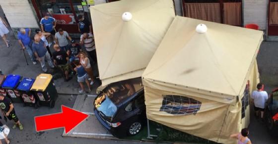 Auto sfonda il dehors di un bar in via Domodossola