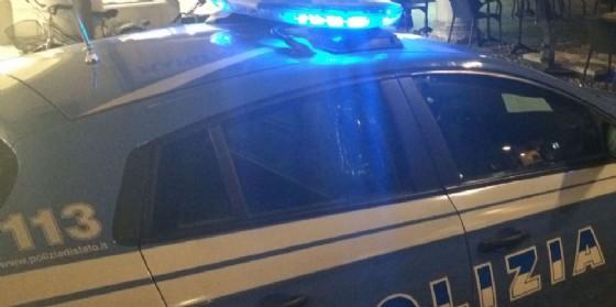 Ruba una Vespa e poi lo trovano che rovista in un'auto parcheggiata: interviene la polizia