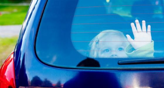 Bimbi dimenticati in auto al sole