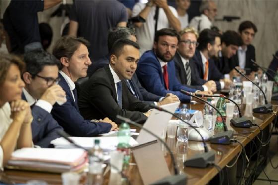Il ministro del Lavoro e dello Sviluppo economico, Luigi Di Maio, al tavolo con i riders