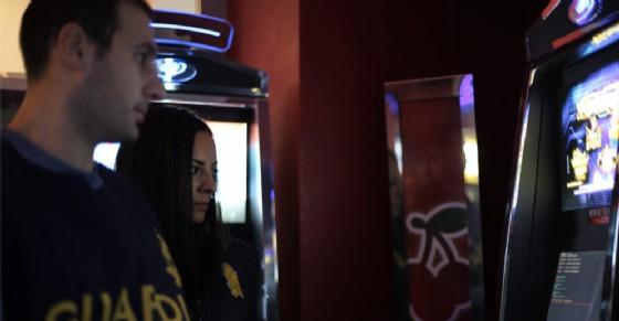 Slot illegali si attivano con il telecomando: multa da capogiro per un bar