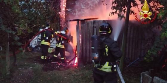 Cade un fulmine: deposito agricolo prende fuoco