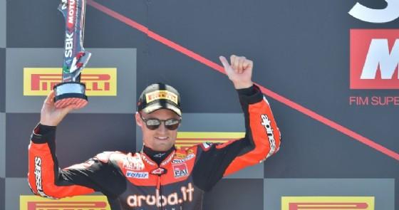 Chaz Davies sul podio di gara-1 della Superbike a Misano