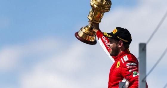 Sebastian Vettel sul gradino più alto del podio del GP di Gran Bretagna di F1 a Silverstone