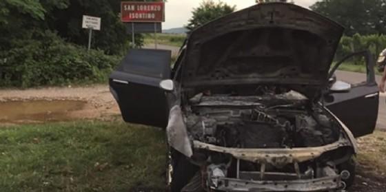 Auto in transito viene distrutta da un incendio: salvo il conducente