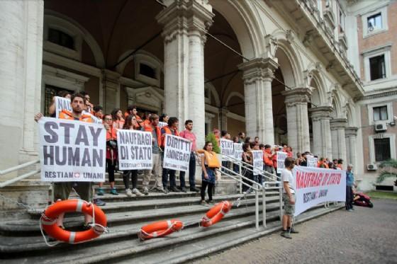 Attivisti della rete Restiamo Umani si incatenano all ingresso del ministero delle Infrastrutture in solidarietà con i migranti