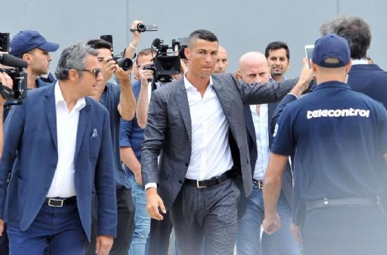 Cristiano Ronaldo durante il suo arrivo allo J Medical di Torino