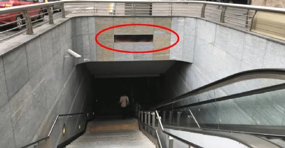 Cartelloni illeggibili e sporcizia: dopo 12 anni in che condizioni è la metropolitana?