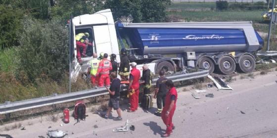 Latisana, auto finisce contro un camion: 2 persone in ospedale