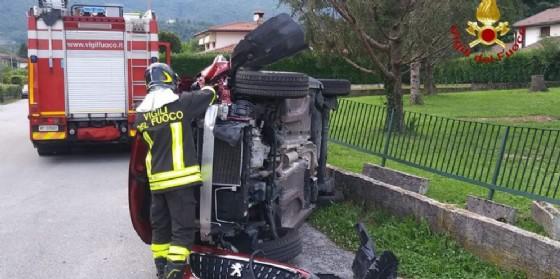 Due auto si scontrano ad Aviano e una si ribalta: un ferito