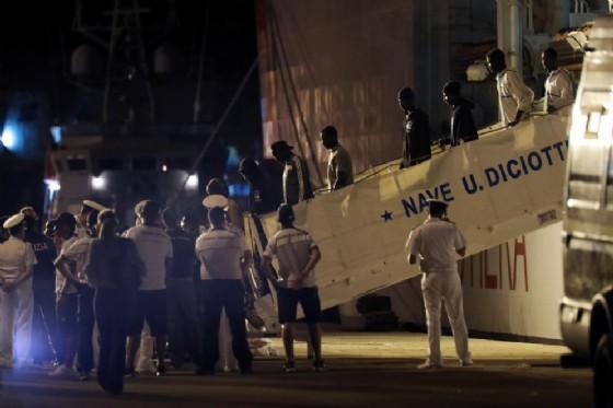 I migranti sbarcano a Trapani dalla nave della Guardia costiera Diciotti