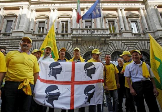 Un gruppo di pastori sardi manifestano davanti al Ministero delle Politiche Agricole