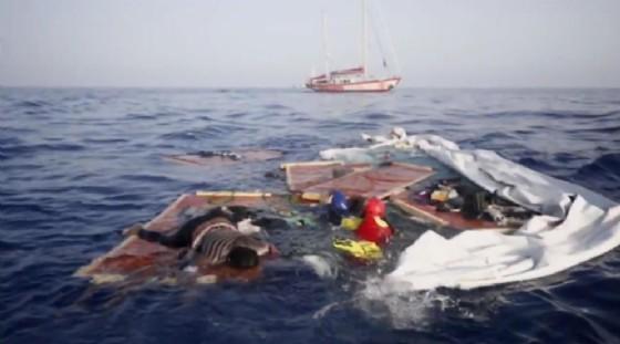 Le immagini del naufragio al largo della Libia