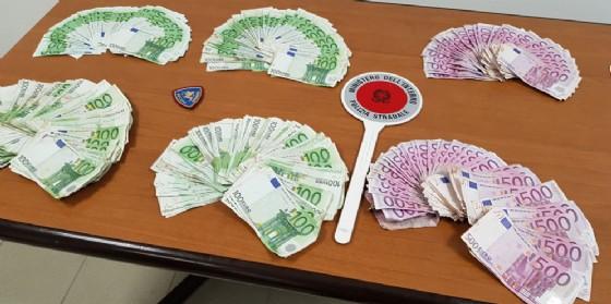 Attraversano il confine con 140 mila euro in contanti, ma la polizia li ferma