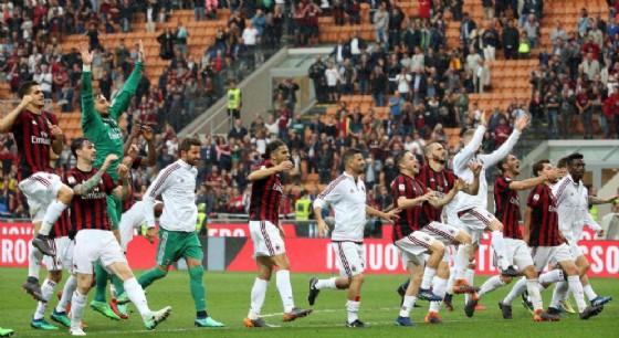 I calciatori del Milan in festa dopo la conquista di un posto in Europa League