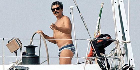 Massimo D'Alema sulla sua vecchia barca Ikarus