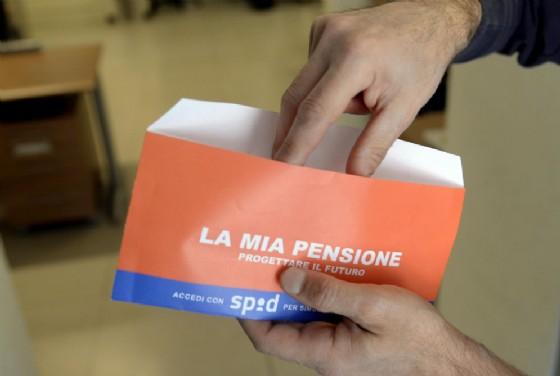 Una busta arancione con l'estratto conto contributivo che l'Inps invia ai lavoratori