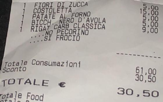 Lo scontrino omofobo consegnato a una coppia gay romana in un locale del quartiere San Giovanni