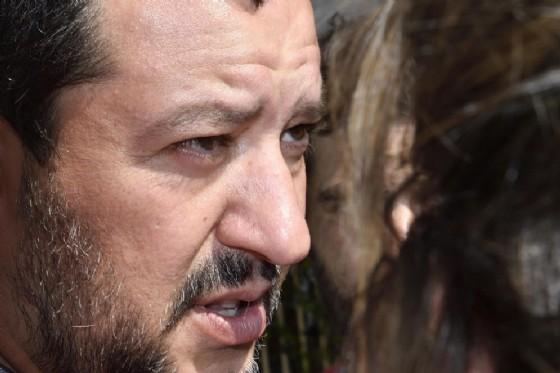 Il ministro dell'Interno Matteo Salvini parla con i giornalisti al termine del Consiglio Federale della Lega in via Bellerio