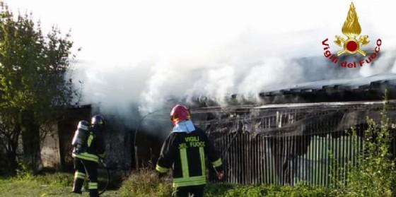 Scoppia un incendio a Valvasone: pompieri evitano il disastro