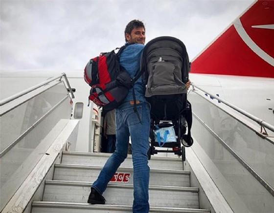 Alessandro Di Battista al momento della partenza verso l'America