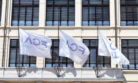 Bandiere FCA della palazzina FIAT Lingotto a mezz'asta per la notizia della morte di Sergio Marchionne