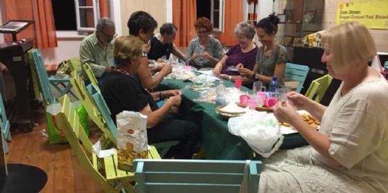 I membri del Gruppo confezionanocentinaia dibiscottini a forma di cuore che distribuiranno al pubblico