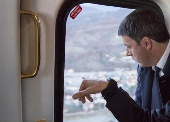 L'ex premier Matteo Renzi a bordo di un aereo