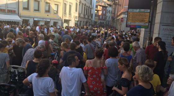 Folla in centro per dire no alla riapertura al traffico