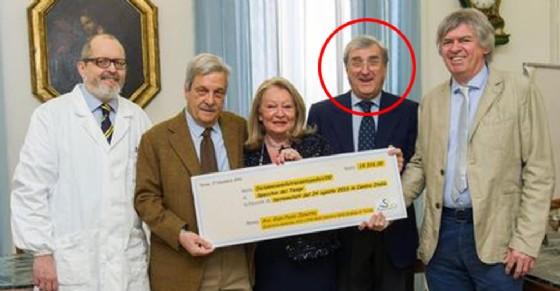 Gian Paolo Zanetta consegna un assegno per i terremotati