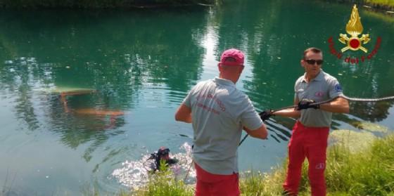 Fontanafredda, finisce nel fiume col trattore falciando l'erba