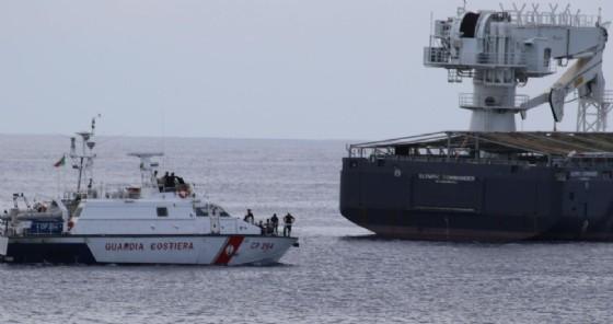 Le motovedette della Capitaneria di porto e della Guardia di finanza