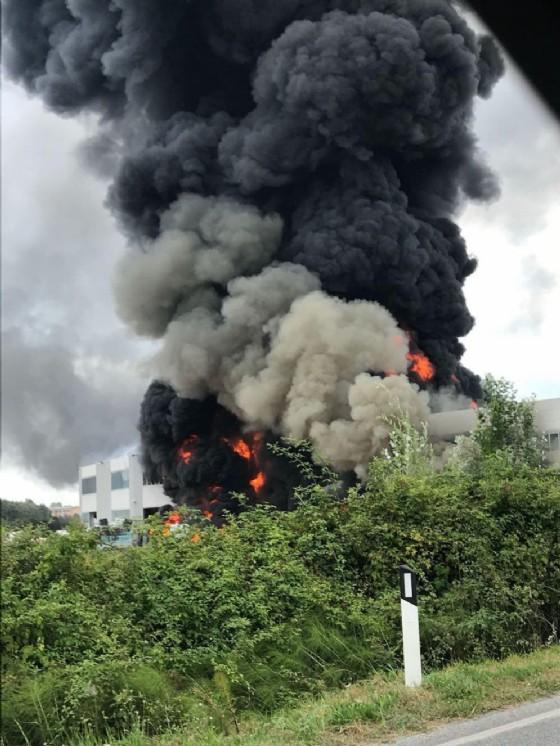 L'incendio nella fabbrica di Pietrasanta