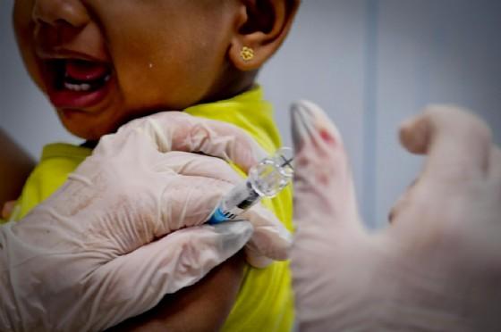 Operatori e medici al lavoro in un centro vaccinazioni
