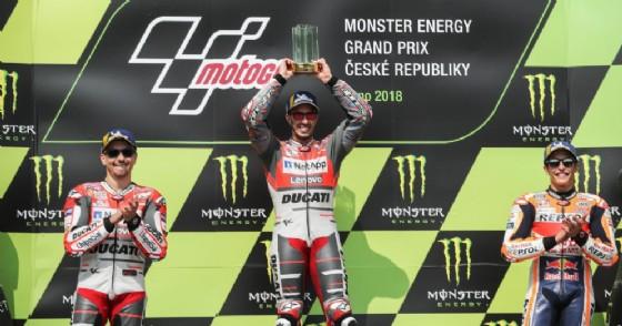 Il podio del Gran Premio 2018 della MotoGP della Repubblica Ceca: Jorge Lorenzo (2°), Andrea Dovizioso (1°) e Marc Marquez (3°)