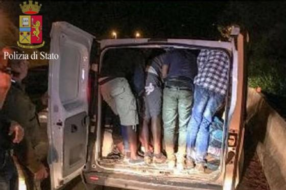 L'immagine di repertorio di un arresto per trasporto di migranti della polizia di frontiera a Ventimiglia in collaborazione con la gendarmerie francese