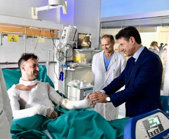 Il premier Giuseppe Conte stringe la mano a Riccardo Muci nell'ospedale Bufalini di Cesena