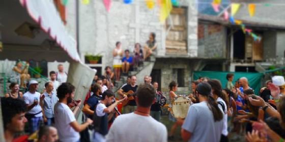 """Torna """"FestInVal – Trame"""" a Tramonti di Sotto: festa nei cortili"""