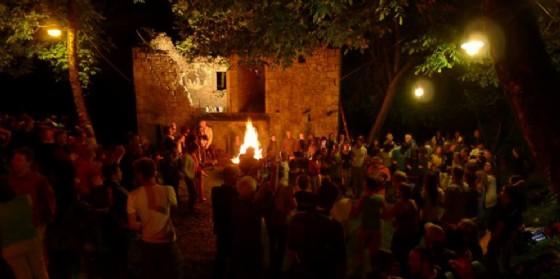 """Torna """"FestInVal – Trame"""" a Tramonti di Sotto: balli intorno al fuoco"""