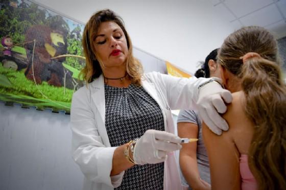 Una piccola paziente viene vaccinata da una dottoressa della ASL 1 di Napoli, 4 Settembre 2017