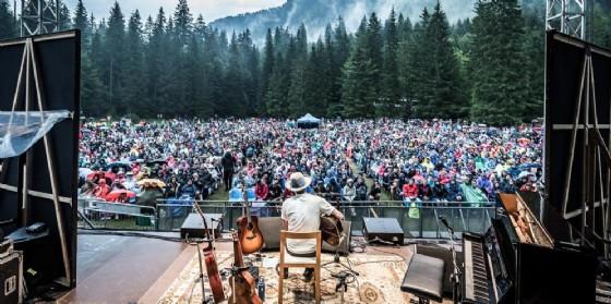 Ben Harper canta sotto la pioggia e incanta i 3.500 presenti ai laghi di Fusine