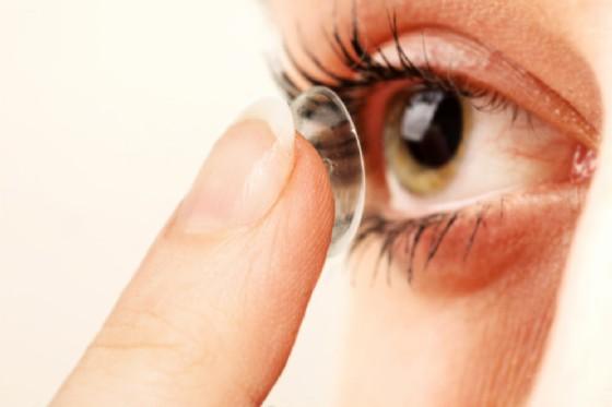 Lenti a contatto incastrate per 28 anni vicino al naso