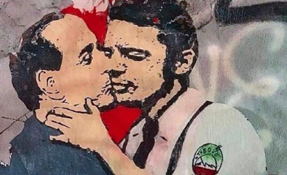 Il murales con il bacio tra Silvio Berlusconi e Matteo Renzi realizzato da Tvboy