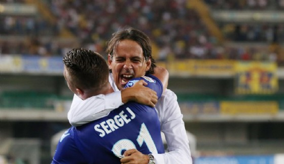 L'abbraccio tra Inzaghi e Milinkovic-Savic. Oggi l'atmosfera non è più così serena