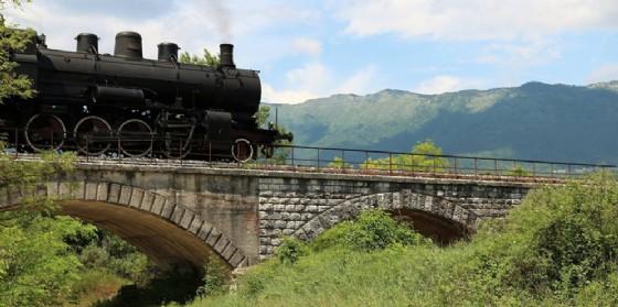 """Si torna tutti in carrozza con il """"Treno dei Sapori e della Natura"""" alla scoperta della Riserva del Lago di Cornino"""